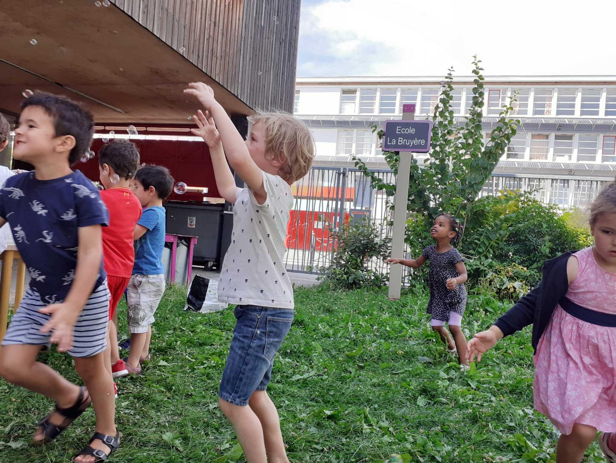 enfants_jouant_a_la_maternelle