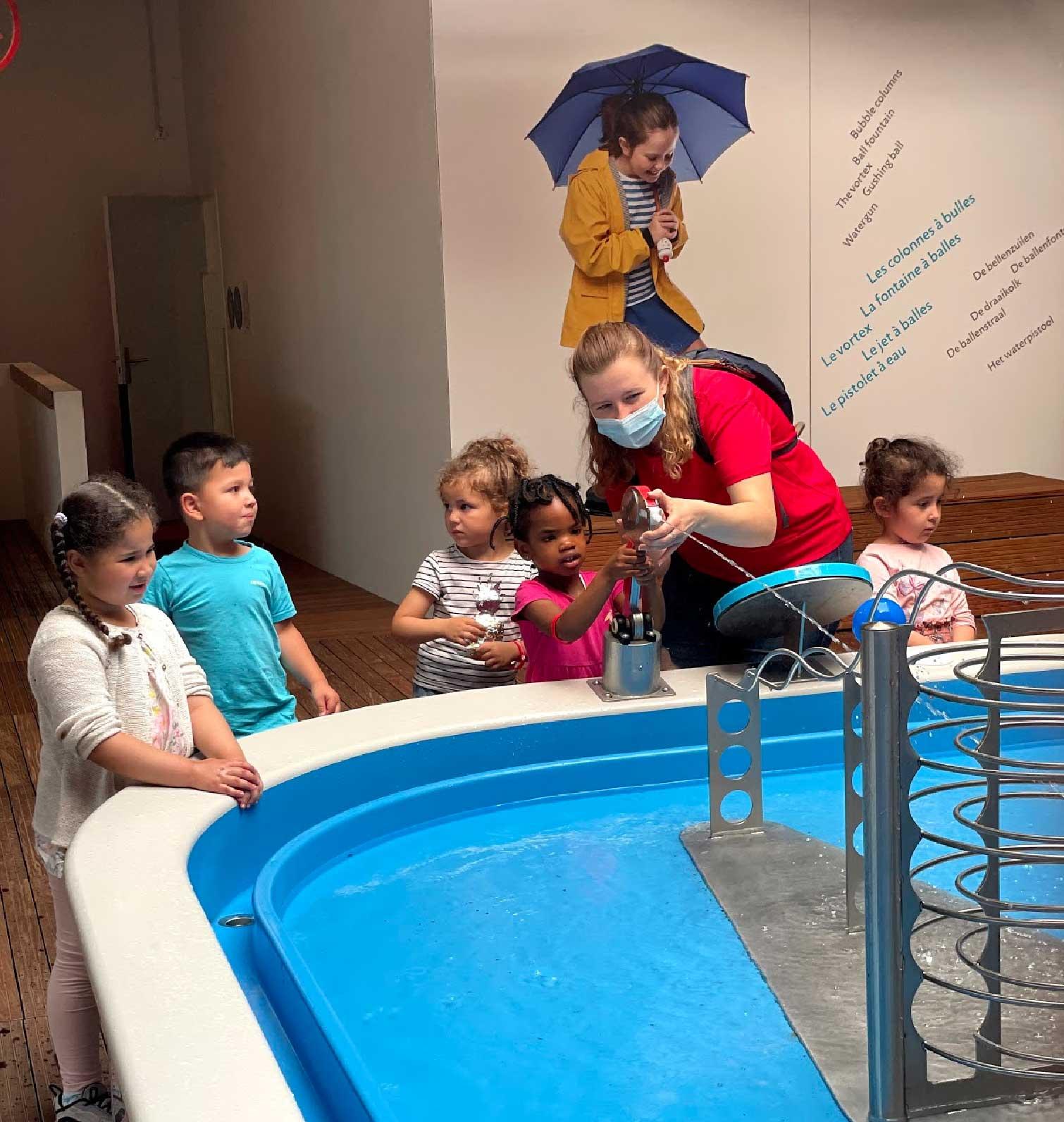 les_enfants_jouent_aux_jeux_d_eau_a_smallicieux
